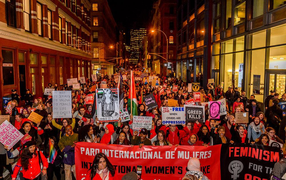 8 Mart'ta grev yapmanın çeşitli yolları: Ayağa Kalk, Diren, Örgütle, Dans Et, Konuş, Karşı Koy -Zillah Eisenstein