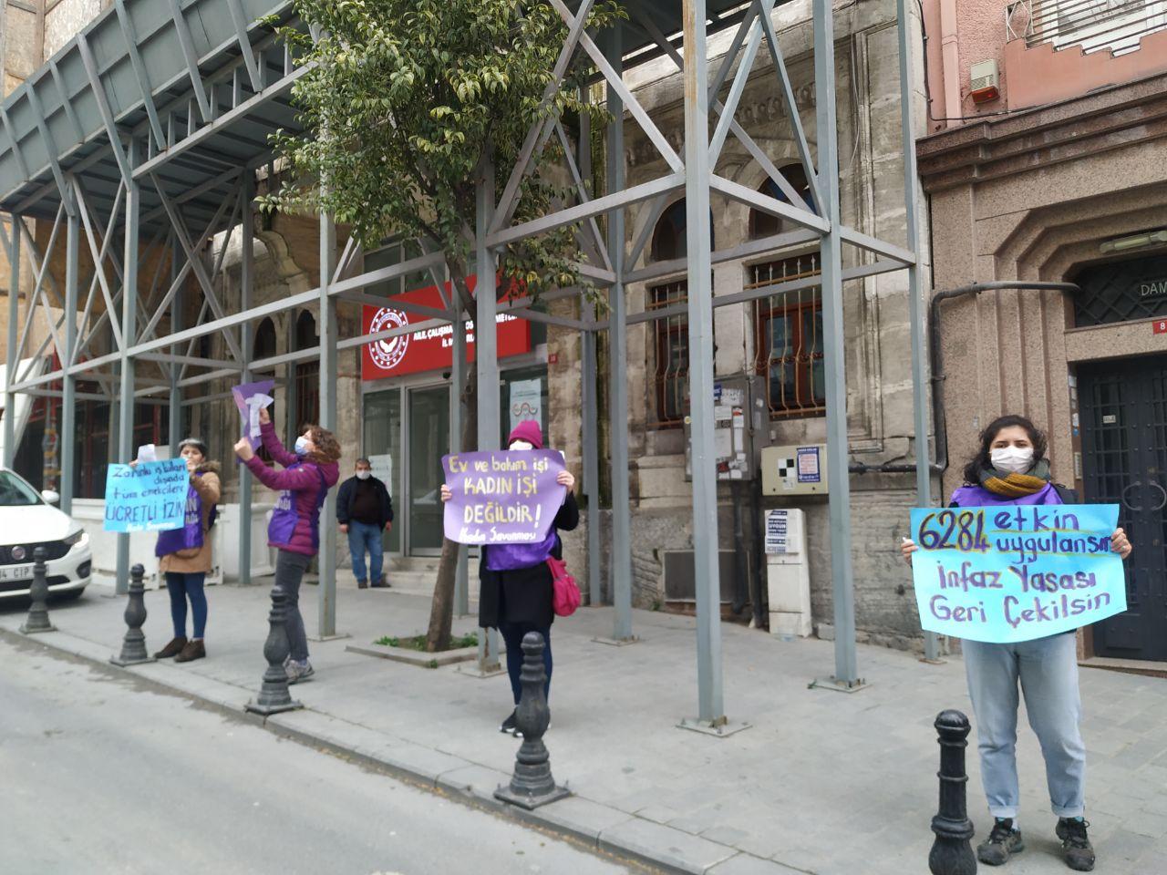 Kadın Savunma Ağı'ndan Aile, Çalışma, Sosyal Politikalar İl Müdürlüğü önünde eylem